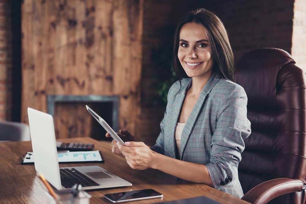 Mujer en la oficina es un tipo de jefe