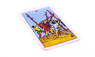 Aprende a echar las cartas del tarot. El cinco de bastos