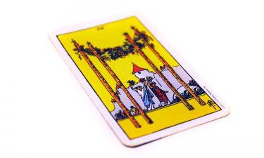 Significado del cuatro de bastos al echar las cartas