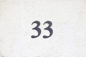 El número 33