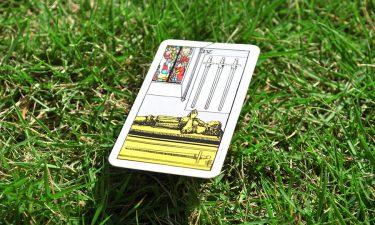 El cuatro de espadas. Aprende a echar las cartas