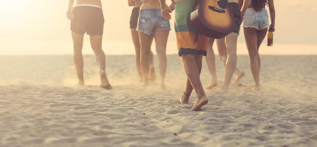 Vacaciones ideales para sagitario: chicos en la playa