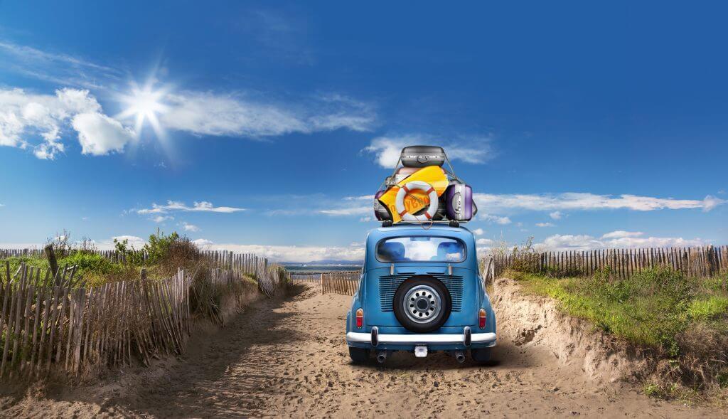 Coche yendo hacia la playa para las vacaciones ideales para sagitario