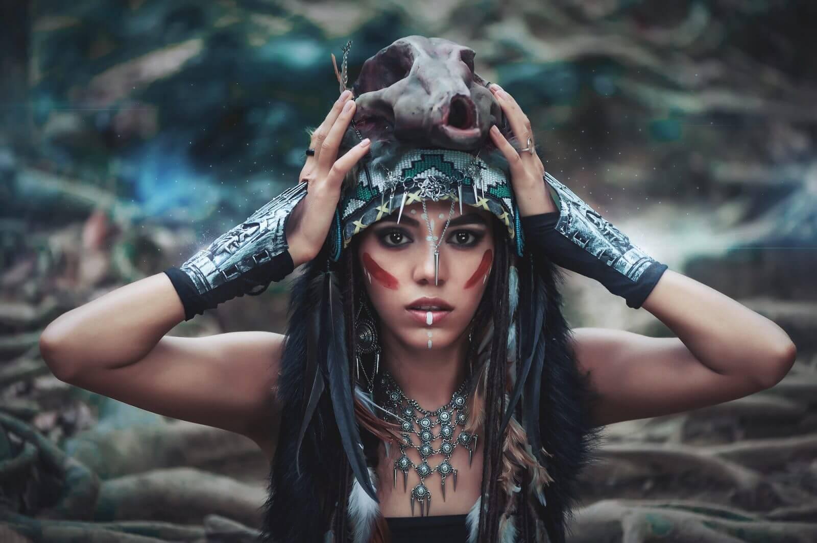 Chamán de una tribu india ejemplo del a psicología de los chamanes