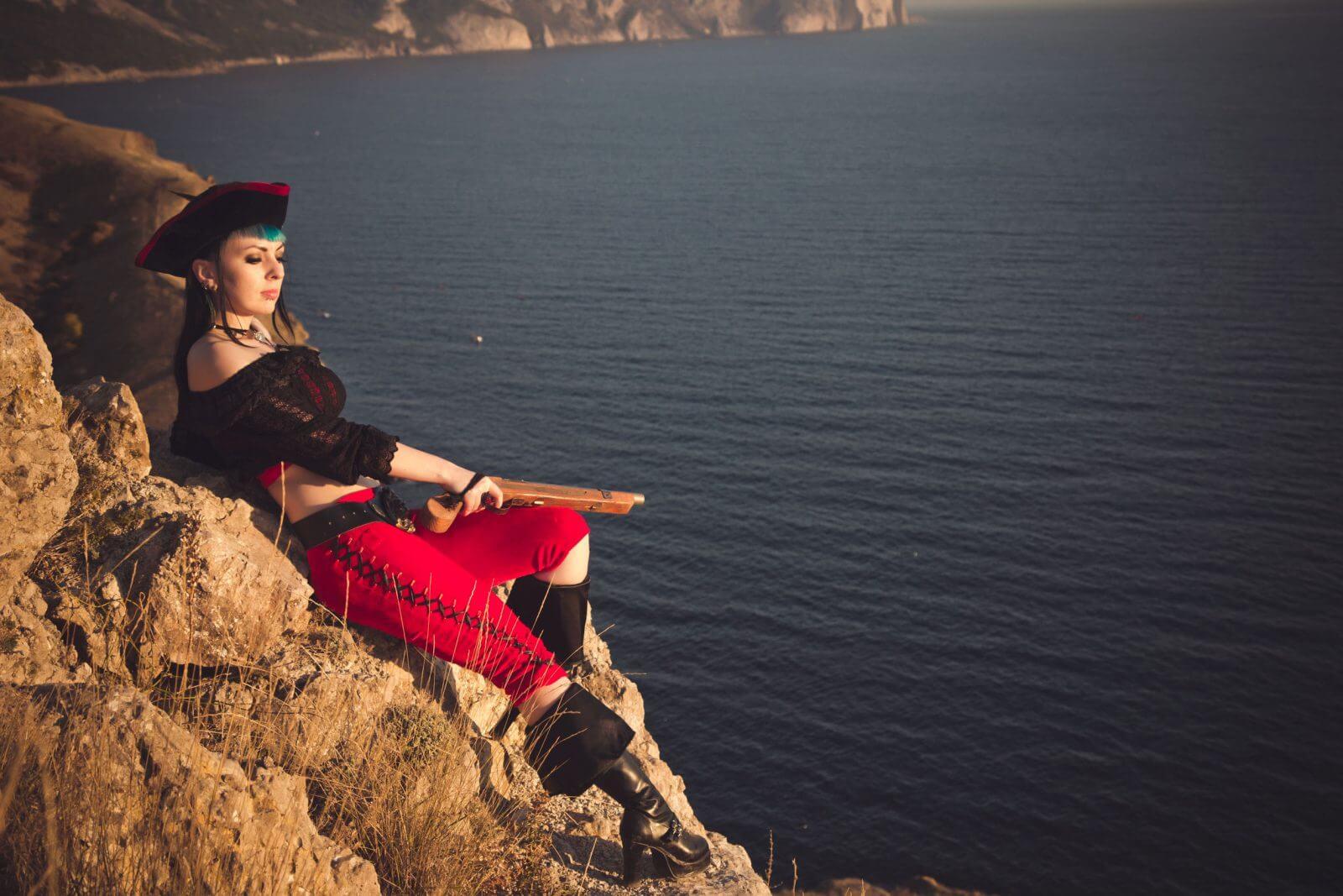 Mujeres piratas sujetan el timón