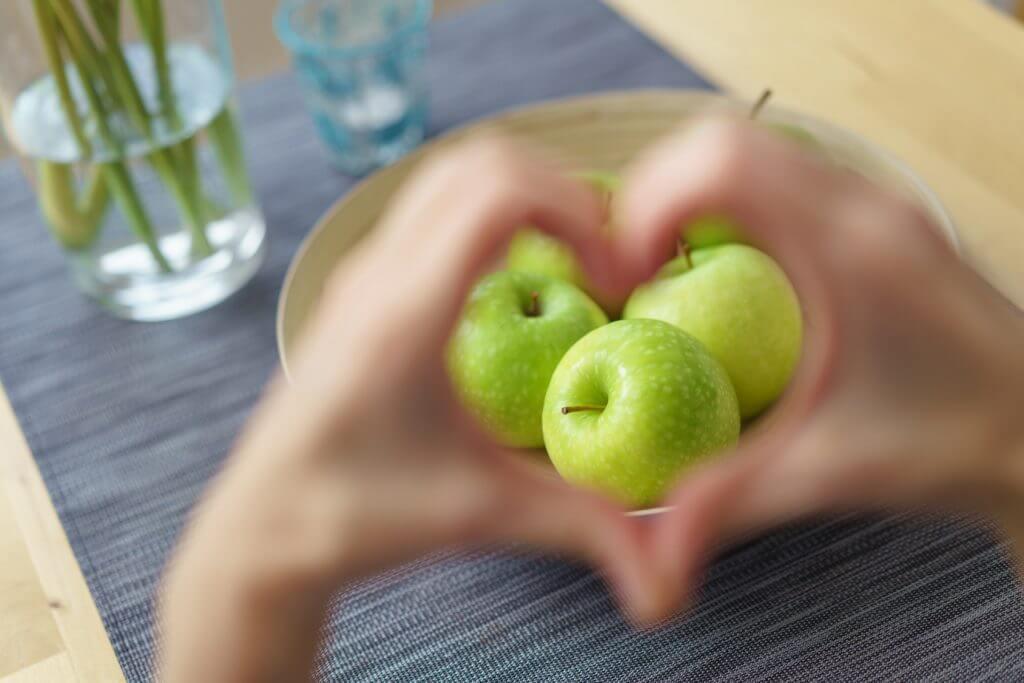 Manzanas en un frutero sobre la mesa