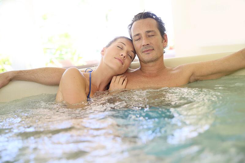 Pareja disfruta feliz de una sesión de hidroterapia