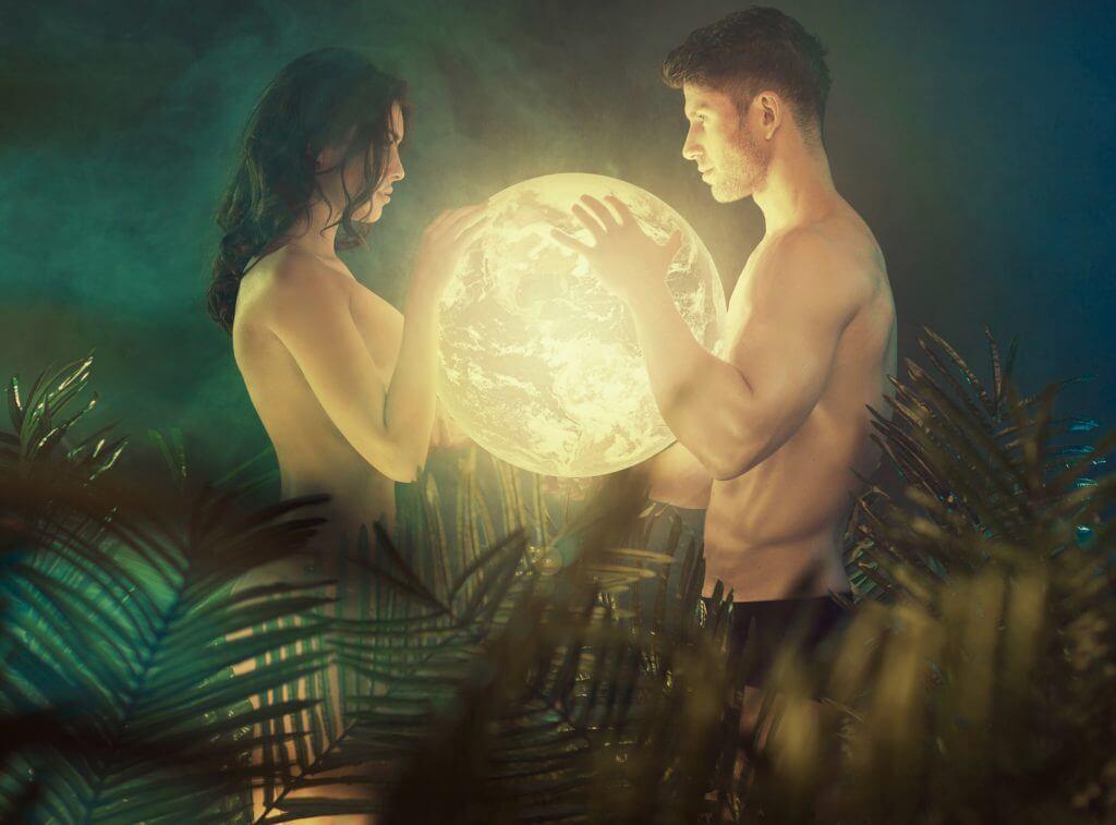 el mejor momento para casarte según los ciclos lunares: pareja sujetando la luna