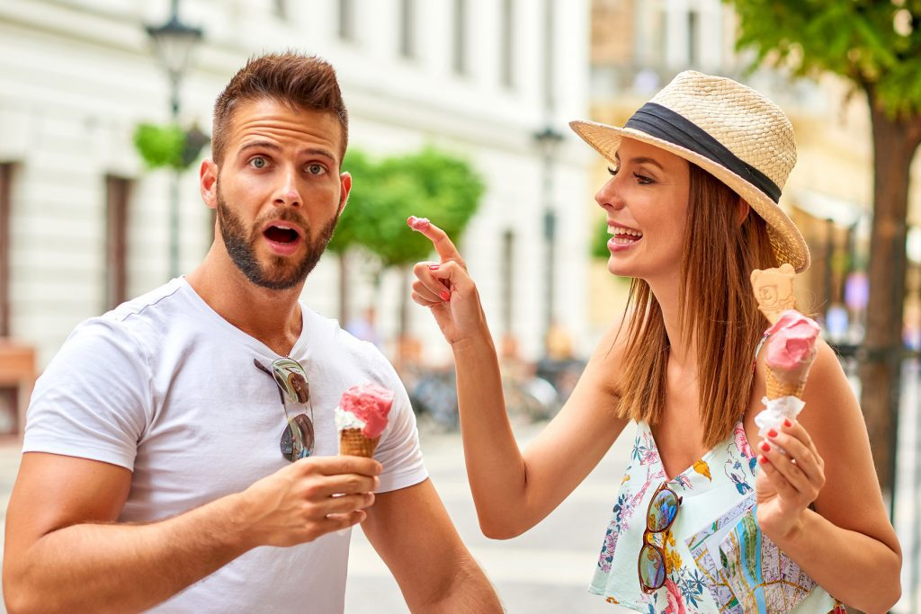 una pareja en su primera cita se come un helado