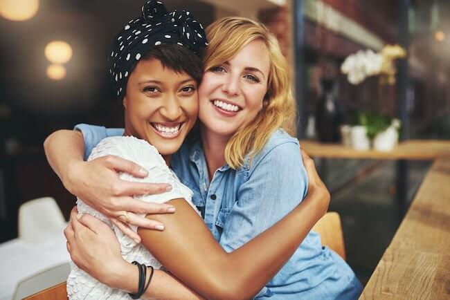 cancer con acuario en la amistad