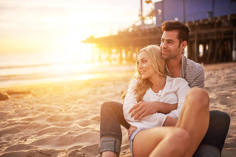romanticismo de una pareja en la playa