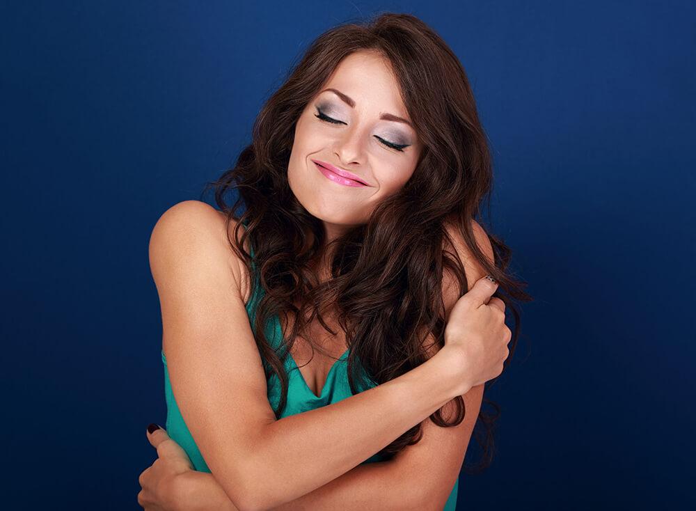 mujer abrazandose a si misma