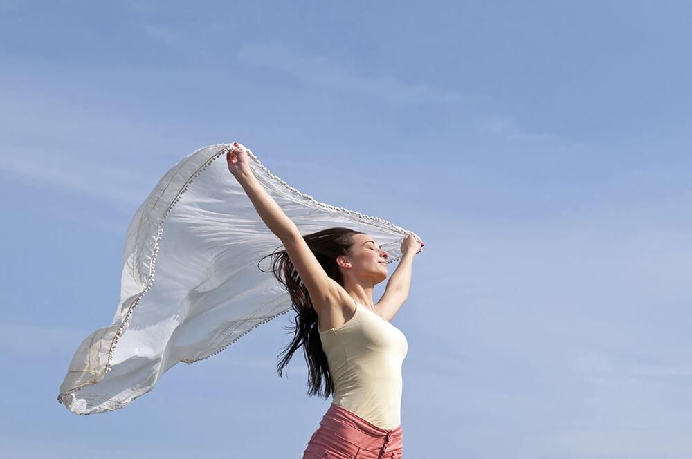 mujer feliz con panuelo al viento